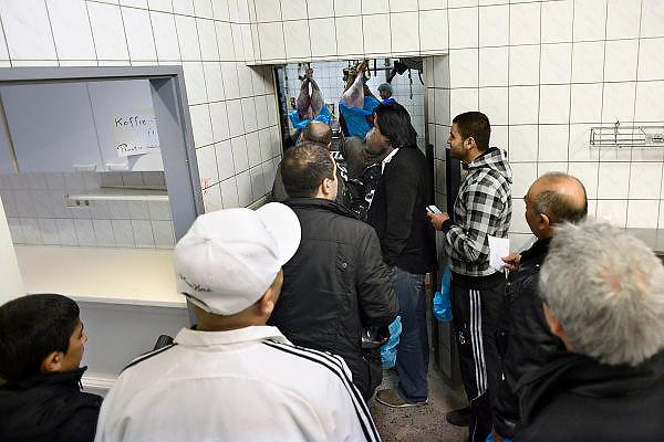 Nederland, Gemert, 15-10-2013Slachten van schapen voor het offerfeest. Moslims wachten in de slachterij op hun schaap.Foto: Flip Franssen/Hollandse Hoogte