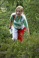 Orientering - O-treff i Fetsund 22. juni 2002. Ei jente i skogen.<br /> <br /> Foto: Andreas Fadum, Digitalsport<br /> <br /> Illustasjonsfoto: barneidrett breddeidrett orientering ungdom