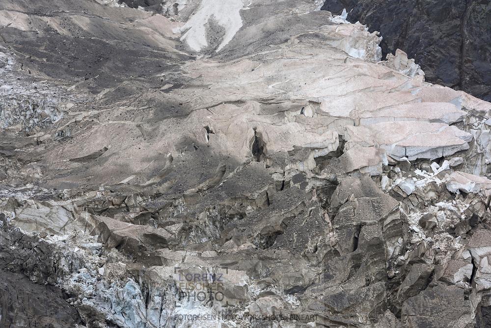 The lower part of the glacier Ghiacciaio del Monte Rosa in the northeast face of the Monte Rosa / Impressionen beim Rifugio Zamboni Zappa am Fuss der Monte Rosa Nordost-Wand oberhalb der Walsergemeinde Macugnaga im Val Anzasca im Piemont an einem nebligen und niesligen Sommertag im August