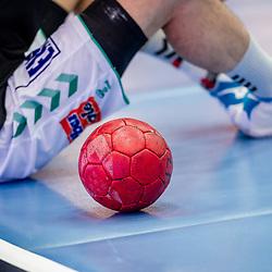 Feature: Handball auf Spielfeld neben Spieler des FRISCH AUF! Goeppingen / LIQUI MOLY HBL 20/21  1. Handball-Bundesliga: TVB Stuttgart - FRISCH AUF! Goeppingen am 24.04.2021 in Stuttgart (SCHARRena), Baden-Wuerttemberg, Deutschland<br /> <br /> Foto © PIX-Sportfotos *** Foto ist honorarpflichtig! *** Auf Anfrage in hoeherer Qualitaet/Aufloesung. Belegexemplar erbeten. Veroeffentlichung ausschliesslich fuer journalistisch-publizistische Zwecke. For editorial use only.