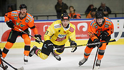 27.02.2020, Merkur Eisstadion, Graz, AUT, EBEL, Moser Medical Graz 99ers vs Vienna Capitals, Zwischenrunde, 9. Qualifikationsrunde, im Bild von links Alexander Reichenberg (Moser Medical Graz 99ers), Riley Holzapfel (Vienna Capitals) und Clemens Krainz (Moser Medical Graz 99ers) // from l to r Alexander Reichenberg (Moser Medical Graz 99ers) Riley Holzapfel (Vienna Capitals) and Clemens Krainz (Moser Medical Graz 99ers) during the Erste Bank Eishockey League Intermediate round, 9th qualifying round match between Moser Medical Graz 99ers and Vienna Capitals at the Merkur Eisstadion in Graz, Austria on 2020/02/27. EXPA Pictures © 2020, PhotoCredit: EXPA/ Erwin Scheriau