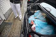 Nederland, Elsendorp, 15-10-2013Turken halen hun geslachte schaap op bij de slagterij om het offerfeest te vieren.Foto: Flip Franssen/Hollandse Hoogt