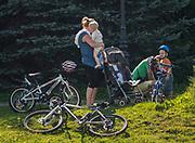 Turystyka rowerowa na promenadzie spacerowej wzdłuż brzegu potoku Grajcarek. Szczawnica.