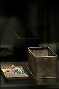 Koning Willem-Alexander is aanwezig bij de opening van de  tentoonstelling - De Tweede Wereldoorlog in 100 in de Kunsthal. In de expositie wordt aan de hand van honderd voorwerpen geschetst hoe mensen het dagelijks leven tijdens de Tweede Wereldoorlog beleefden. <br /> <br /> King Willem-Alexander attended the opening of the exhibition - World War II in 100 in the Kunsthal. The exhibition is based on hundreds of items outlined how people experienced the daily life during World War II.<br /> <br /> op de foto / On the photo:  De knikkers van Anne Frank / The marbles of Anne Frank
