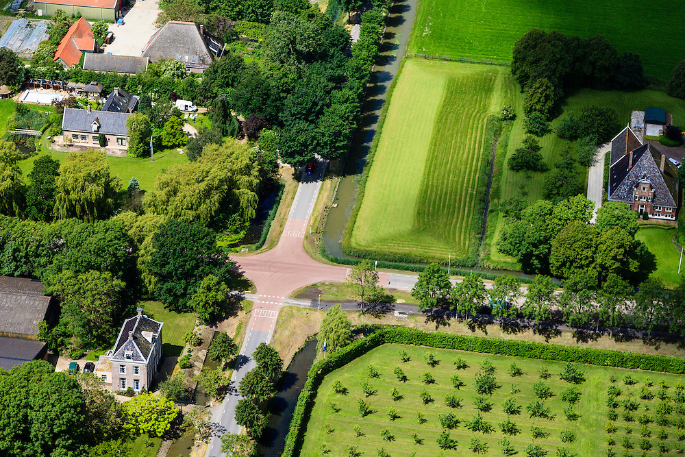 Nederland, Noord-Holland, Beemster, 14-06-2012; De Beemster, 400 jaar 1612 - 2012. Boerderij de Eenhoorn aan de Middenweg (kruising Volgerweg). De stolpboerderij of stolphoeve is een voorbeeld  van een Beemster Lusthof. Linksonder landhuis Rustenhoven..In the 400 year old Beemster polder this farm is the Unicorn, a bell farm, 17th century monument, UNESCO monument.luchtfoto (toeslag), aerial photo (additional fee required);.copyright foto/photo Siebe Swart