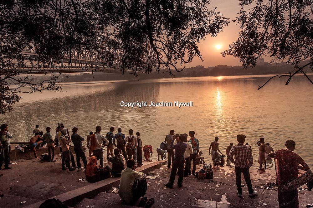 2014 11 13 Kolkata West Bengalen Indien<br /> Morgon ritualer vid Howrah bron vid floden Ganges eller Hoghly som den heter här.<br /> <br /> ----<br /> FOTO : JOACHIM NYWALL KOD 0708840825_1<br /> COPYRIGHT JOACHIM NYWALL<br /> <br /> ***BETALBILD***<br /> Redovisas till <br /> NYWALL MEDIA AB<br /> Strandgatan 30<br /> 461 31 Trollhättan<br /> Prislista enl BLF , om inget annat avtalas.