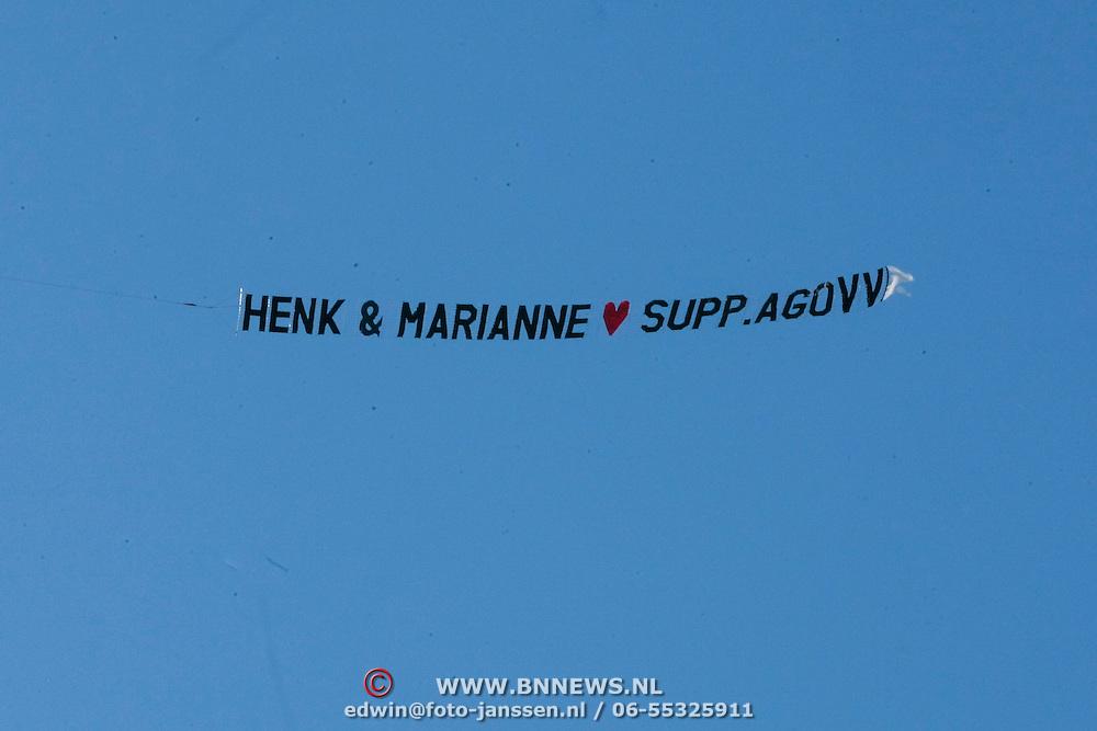NLD/Staverden/20121004- Huwelijk schaatsster Marianne Timmer met voetbalkeeper Henk Timmer, vliegtuig met reclamesleep gelukwensen bruidspaar van de AGOVV supporters