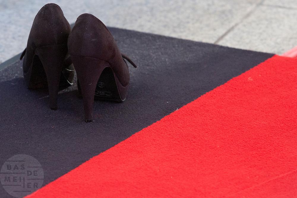 Schoenen op de rode loper bij het gala voor de Gouden Kalf. Op de laatste avond van het Nederlands Film Festival NFF worden de Gouden Kalveren uitgereikt, Nederlands hoogste filmprijs.<br /> <br /> Shoes standing at the red carpet. The Gouden Kalf (Golden Calf), the award for the best movie, is presented at the gala on the last evening of the Nederlands Film Festival in Utrecht. Carice van Houten won her fifth Gouden Kalf, a record.