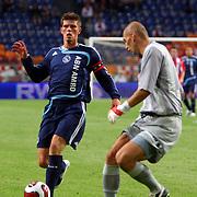NLD/Amsterdam/20070802 - LG Amsterdams Tournament 2007, Ajax - Atletico Madrid, Klaas Jan Huntelaar in duel met keeper Christian Abbiati