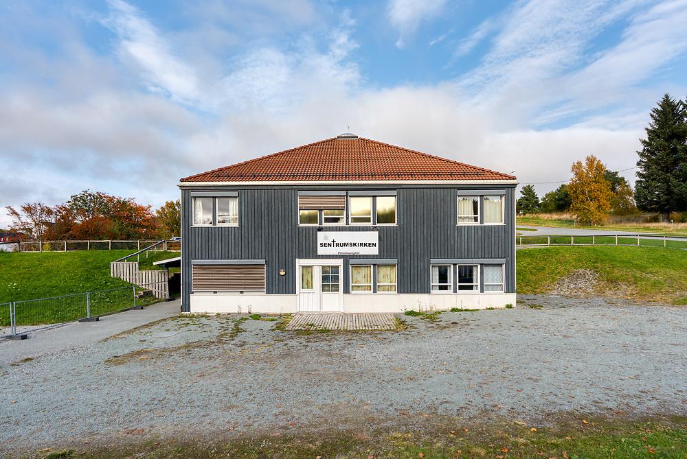 Pinsemenighetens 'Sentrumskirken' i Bjugn. Pinsebevegelsen i Norge er en kristen bevegelse. Den utgjør ikke én organisert enhet, men består av et fellesskap av 340 selvstendige menigheter (frikirker).