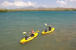 Taucher paddeln in zwei Meeres-Kayaks, Scuba diver riding two sea-kayaks, Bali, Indonesien, Indopazifik, Bali, Indonesia Asien, Indo-Pacific Ocean, Asia