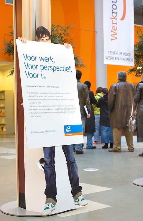 Nederland Rotterdam 26-03-2009 20090326 Foto: David Rozing ..Serie UWV, 2 allochtone vrouwen bekijken vacatures. UWV Werkbedrijf lokatie Schiekade centrum Rotterdam, de vroegere arbeidsbureaus ( CWI UWV ) De werkloosheid in Nederland begint op te lopen. Dat blijkt uit de jongste cijfers die het Centraal Bureau voor de Statistiek (CBS) de oorzaak is de krediet crisis Holland, The Netherlands, dutch, Pays Bas, Europe,  , economische, financien, financiele, krimp, krimpen, nederlandse, economy..Foto: David Rozing