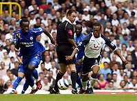 Fotball<br /> England 2005/2006<br /> Foto: SBI/Digitalsport<br /> NORWAY ONLY<br /> <br /> Tottenham v Chelsea<br /> The Barlcays Premiership.<br /> 27/08/2005.<br /> <br /> Edgar Davids of Spurs and Michael Essien compete for the ball as Rob Styles looks on