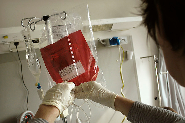 Nederland, Nijmegen, 11-3-2004Een laborant van het umc radboud onderzoekt in een clean room op kweek gezette dendritische cellen. deze cellen worden gebruikt bij een nieuwe therapie, celtherapie, immuuntherapie, tegen enkele vormen van kanker. de resultaten zijn hoopgevend.Afweersysteem, genezing, medicijn, kankerbestrijding.Foto: Flip Franssen
