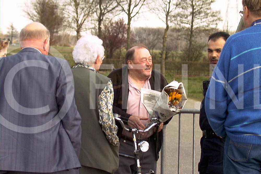 fotografie frank uijlenbroek©2001 frank uijlenbroek.010422 wijhe ned.26 geval van KMZ aangetroffen op melkveebedrijf in Wijhe.Het is het derde geval aan de Overijselse zijde van de ijssel..op foto: Hendrik Jan Lieftink vierde zijn 75 verjaardag  en moest de bloemen van zijn broer bij de wegafzetting aan de Kappeweg afhalen op de fiets.