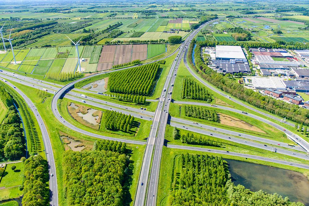 Nederland, Utrecht, gemeente Vijfheerenlanden , 13-05-2019; Knooppunt Everdingen, kruising van de rijkswegen A2 (links, rechts) en A27, gedeeltelijk turbineknooppunt. Bedrijventerreinen Vianen, De Biezen.<br /> Everdingen junction south of Utrecht.<br /> <br /> luchtfoto (toeslag op standard tarieven);<br /> aerial photo (additional fee required);<br /> copyright foto/photo Siebe Swart
