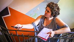 """PORTO ALEGRE, RS, BRASIL, 21-01-2017, 13h18'26"""": A jornalista Barbara Nickel, no Matehackers Hackerspace da Associação Cultural Vila Flores, no bairro Floresta da capital gaúcha. A  Consultora de Desenvolvimento de Software na empresa ThoughtWorks, Desiree dos Santos , 32 fala sobre as dificuldades enfrentadas por mulheres negras no mercado de trabalho.(Foto: Gustavo Roth / Agência Preview) © 21JAN17 Agência Preview - Banco de Imagens"""