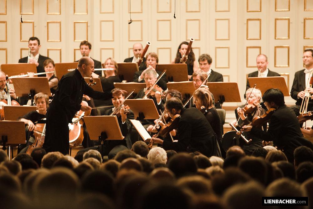 Paavo Järvi mit der deutschen Kammerphilharmonie Bremen, im Großen Saal der Stiftung Mozarteum, am Eröffnugnsabend der Salzburger Festspiele 2009. Foto: Salzburger-Festspiele/Wolfgang Lienbacher