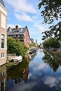 Uitzicht over de Hooigracht naar het centrum van Den Haag vanaf de Mauritskade. | View over the Hooigracht to the center of The Hague from the Mauritskade.