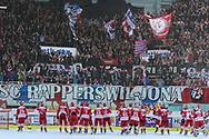 Die SCRJ Lakers jubeln zusammen mit dan Fans nach dem Playoff Final Spiel der NLB zwischen den SC Rapperswil-Jona Lakers und dem HC Ajoie, am Sonntag, 20. Maerz 2016, in der Diners Club Arena Rapperswil-Jona. (Berend Stettler)