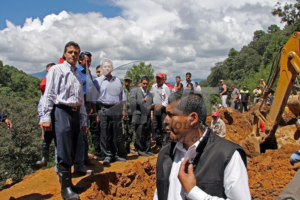 VILLA GUERRERO, Mexico.- Enrique Pena Nieto, gobernador del Estado de Mexico, hizo un recorrido en la carretera que comunica las comunidades de Totolmajac y Coatepec Harinas, donde la noche del pasado lunes se registro el desgajamiento de un cerro que provoco la muerte de diez personas. Agencia MVT / Jose Hernandez. (DIGITAL)