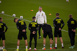 PRAGUE, CZECH REPUBLIC - Thursday, October 7, 2021: Czech Republic's head coach Jaroslav Šilhavý speaks with his players during a training session ahead of the FIFA World Cup Qatar 2022 Qualifying Group E match between Czech Republic and Wales at the Sinobo Stadium. (Pic by David Rawcliffe/Propaganda)