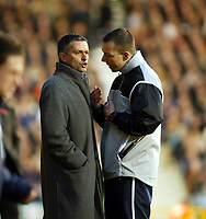 Fotball<br /> Premier Legaue England 2004<br /> 13.11.2004<br /> Foto: SBI/Digitalsport<br /> NORWAY ONLY<br /> <br /> Fulham v Chelsea<br /> <br /> Manager Jose Mourinho told to calm down by 4th official