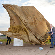 NLD/Katwijk/20151030 - 5 Jarig jubileumvoostelling musical Soldaat van Oranje, Fred Boot en de burgemeesters Jos Wienen van Katwijk, Jan Hoekema van Wassenaar en Jan Rijpstra van Noordwijk onthullen het monument