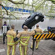 Amsterdam, 17 mei 2013. Door nog onbekende oorzaak is vanmiddag omstreeks 13.30uur een auto in het water van de Nassaukade geraakt. Brandweer en haar duikteam waren snel ter plaatse om het voertuig uit het water te hijsen. Er zat niemand in de auto.