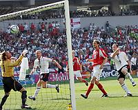 Fotball, 17. juni 2004, EM, Euro 2004, Sveits- England, England Wayne Rooney schiesst das Tor zum 1:0 die Schweizer Joerg Stiel und Patrick Mueller sind geschlagen <br /> Foto: Digitalsport