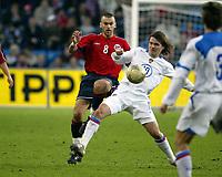 Fotball, 28. april 2004, Privatlandskamp, Norge-Russland 3-2, Magne Hoset, Norge, mot Dmitri Loskov, Russland