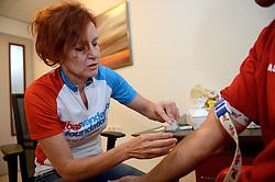 27-06-2014 NED: Uitzwaaimoment Iceland Diabetes Challenge, Nijkerk<br /> In gezondheidscentrum De Nije Veste in Nijkerk werden de Iceland deelnemers en de deelnemers van de Nije Veste challenge uitgezwaaid door gouden olympiër Mark Huizinga, de winnaar van de poolcirkel expeditie 2014 / Marion