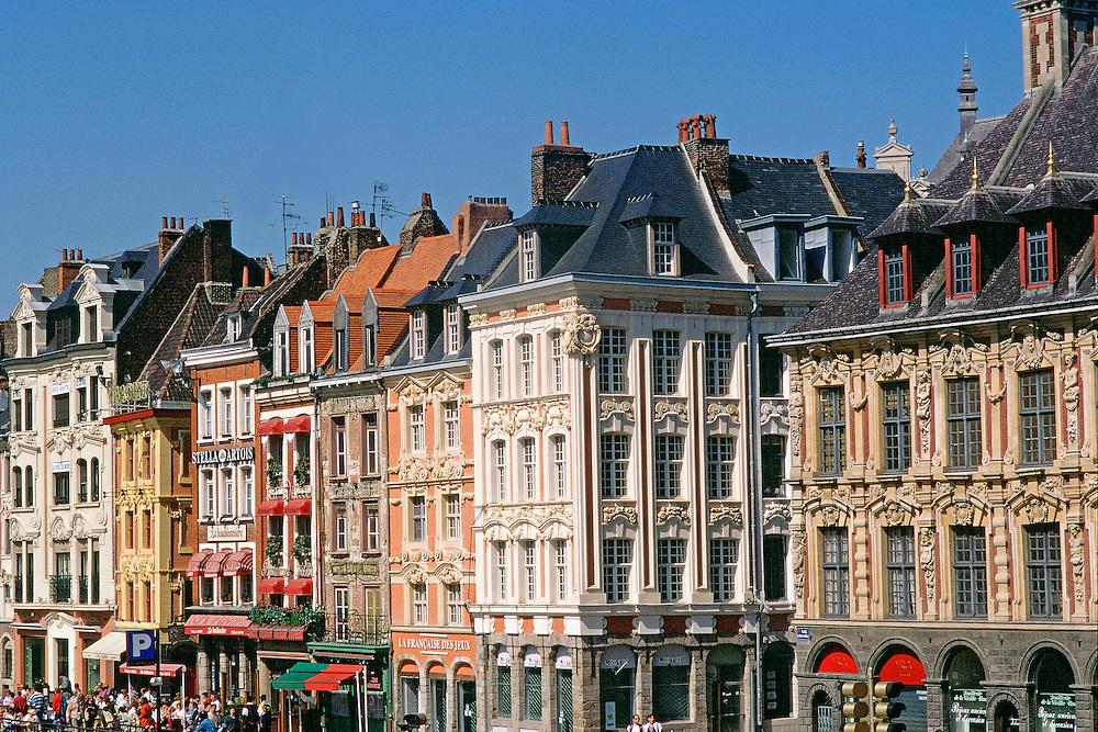 Façades typiques de la renaissance flamande du XVIIe siècle sur la place Charles de Gaulle (Grand Place), Beauregard Row, Flemish Renaissance style architecture, town of Lille.