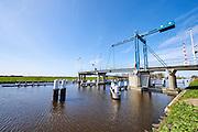 De Kandelaarbrug boven rivier de Zweth, een ophaalbrug voor fietsers en wandelaars - A bridge for cyclists and pedestrian above a small river called de Zweth between Delft and Rotterdam, The Netherlands