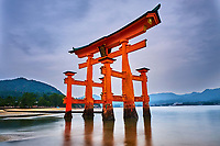 Japon, Ile de Honshu, Ile de Miyajima, sanctuaire shinto d'Itsukushima classé Patrimoine Mondial de l'UNESCO, le torii flottant // Japan, Honshu island, Miyajima Island, The floating Miyajima torii gate of Itsukushima Shrine, UNESCO World Heritage Site
