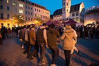 DEU, Deutschland, Germany, Gera, 24.10.2015: Flüchtlinge tanzen bei einem Willkommensfest auf dem Geraer Marktplatz zusammen mit einheimischen Bürgern.