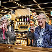 Nederland, Purmerend , 17 januari 2017. Albert Heijn XL in Purmerend.<br />In de allernieuwste XL van Nederland wordenklanten volop geïnspireerd door nieuw assortiment en innovatieve concepten. Vers speelt een hoofdrol in de nieuwe Albert Heijn XL. Klanten zien door de hele winkel vernieuwende versconcepten zoalsverse vis op ijs en een sappen- en yoghurtbar. De winkeltrip wordt een beleving met de 'chooseityourself'-concepten zoalskruiden plukken inde kruidentuin, schaal- en schelpdieren scheppen of je favorietehagelslagsamenstellen.En door een fors aantal energiebesparende maatregelen mag de XL in Purmerend zich de duurzaamste supermarkt van Europa noemen.<br />Foto: Jean-Pierre Jans