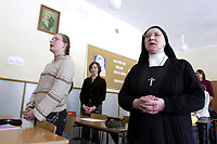 Bialystok, 03.2006. N/z lekcja religii prowadzona przez zakonnice w II LO fot Michal Kosc / AGENCJA WSCHOD