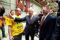 04 MAY 2009, EISENACH/GERMANY:<br /> Frank-Walter Steinmeier (M), SPD, Bundesaussenminister, und Christoph Matschie (R), SPD Landes- und Fraktionsvorsitzender Thueringen, im Gespraech mit einem Mitarbeiter, waehrend dem Besuch des Opel Werks Eisenach, Opel Eisenach GmbH<br /> IMAGE: 20090504-01-116<br /> KEYWORDS: Arbeiter, Gespräch, Werksbesichtigung