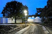 Nederland, the Netherlands, Nijmegen, 25-10-2015Kamp, tentenkamp Heumensoord, de tijdelijke noodopvang, azc, van het COA. Plaats voor 3000 asielzoekers.  Ook wordt er een schooltje opgezet voor onderwijs aan de kinderen.  vervelen, verveling, tijdverdrijf, afleiding, afleiden, ontspannen, ontspanning,Er is veel verveling onder de bewoners.FOTO: FLIP FRANSSEN/ HH