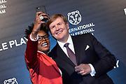 Premiere van de film Double Play op het International Film Festival Rotterdam (IFFR). <br /> <br /> Premiere of the movie Double Play at the International Film Festival Rotterdam (IFFR).<br /> <br /> op de foto / On the photo: <br />  Shay Kreuger maakt een selfie met Koning Willem-Alexander