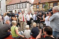 11 AUG 2008, BERLIN/GERMANY:<br /> Wolfgang Krakow (L), Buergermeister Angermuende, Kurt Beck (M), SPD Parteivorsitzender, und Matthias Platzeck (R), SPD, Ministerpraesident Brandenburg, im Gespraech mit einer Familie, die auf einer Bank Eis isst, umgeben von Journalisten, Kameraleuten und Fotografen, waehrend dem Besuch von Angermuende in Brandenburg,  im Rahmen seiner Sommerreise <br /> IMAGE: 20080811-01-004<br /> KEYWORDS: Angermünde