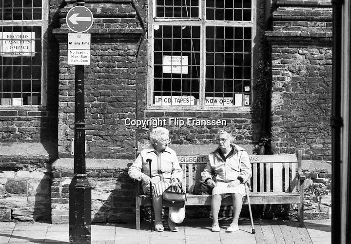 Engeland, England, Winchester, 25-8-1996 Straatbeeld. Twee oudere vrouwen zitten te praten op een bankje. Ouderen,bejaard,bejaarden,senioren, Foto: Flip Franssen