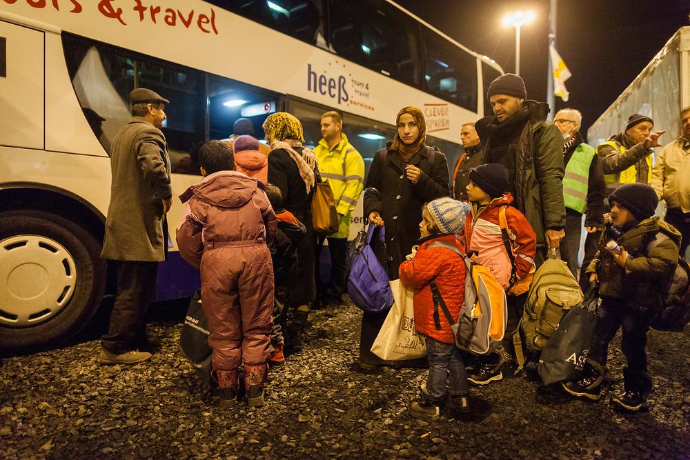 Koeln, DEU, 09.01.2016<br /> <br /> Ankunft von Fluechtlingen an Bord eines Sonderzugs der Deutschen Bahn aus Passau am Bahnhof des Koeln/Bonner Flughafens. Von hier aus werden die Menschen, die groesstenteils über die Balkan-Route nach Oesterreich gelangten, auf Erstunterbringungsstellen in Nordrhein-Westfalen verteilt.<br /> <br /> <br /> Foto: Bernd Lauter/berndlauter.com