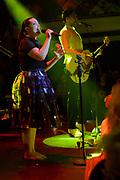 Caro Emerald krijgt de Radio 2 Mijlpaal tijdens een intiem optreden in TivoliVredenburg.<br /> <br /> Op de foto:  Caro Emerald