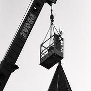 Plaatsing vernieuwde haan Oude Kerk Soest door kraan