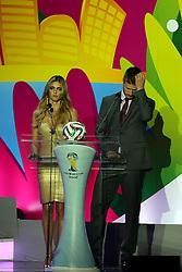 Fernanda Lima e Rodrigo Hilbert durante a cerimônia do sorteio dos grupos da Copa do Mundo de 2014, na Costa do Sauípe, Bahia. FOTO: Jefferson Bernardes/ Agência Preview