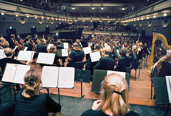 Nederland, Nijmegen, Januari 2001.Nederlands studentenorkest in concertgebouw de Vereeniging. Cultuur, concertbezoek.Foto: Flip Franssen/Hollandse Hoogte
