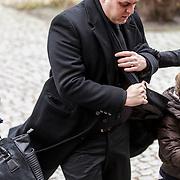 NLD/Fijnaart/20150110 - Uitvaart Chris Bauer, aankomst familie, Frans Bauer