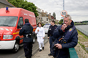 Ablon sur Seine, France. 8 Mai 2009..Brigade Fluviale de Paris..15h05 Intervention a Ablon suite a la tentative de suicide d'une femme qui s'est jeté dans la Seine avec sa voiture...Ablon sur Seine, France. May 8th 2009..Paris fluvial squad..3:05 pm Intervention in Ablon following the suicide of a woman who threw herself into the river with her car.